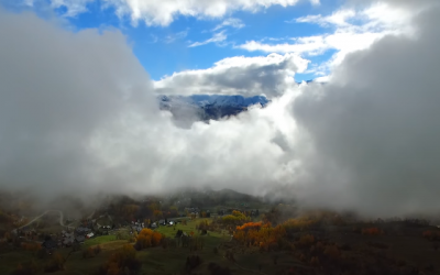 Voyage en drône au milieu des nuages et des montagnes de Savoie