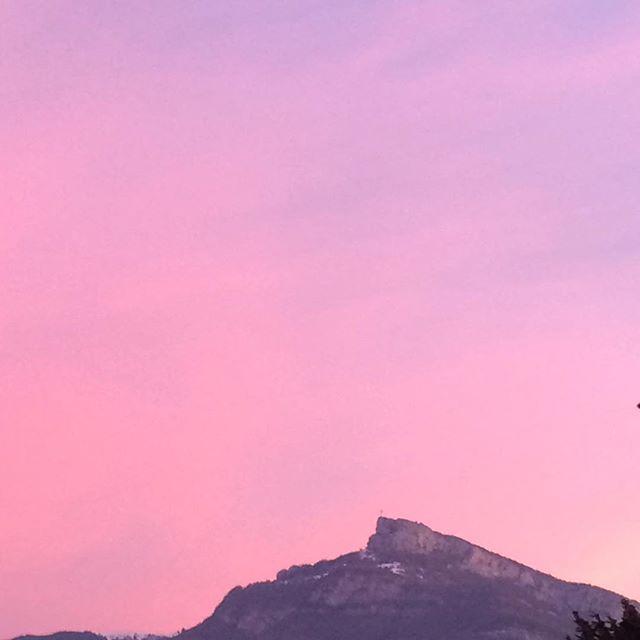 Ciel rouge sur la Croix du Nivolet depuis Chambéry