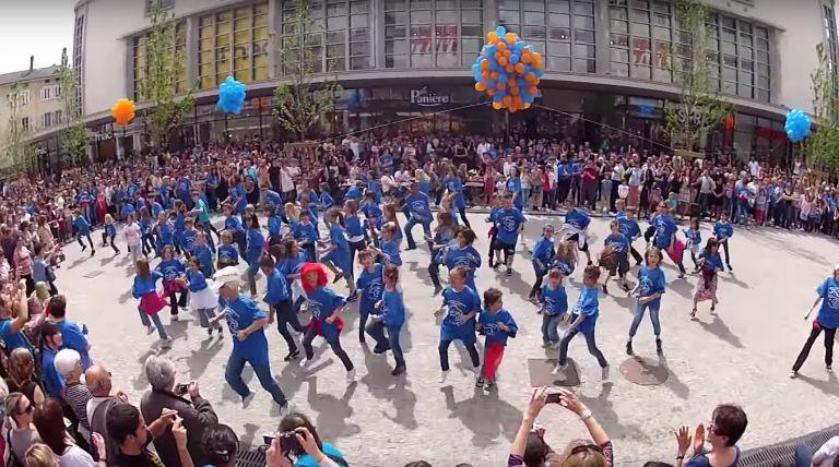 Flashmob devant les Halles le 28 avril 2012 organisé par Nicolas et Capucine