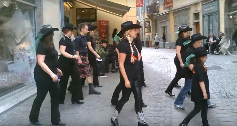 La Rue métropole bloquée par des danseurs de country line Dance !